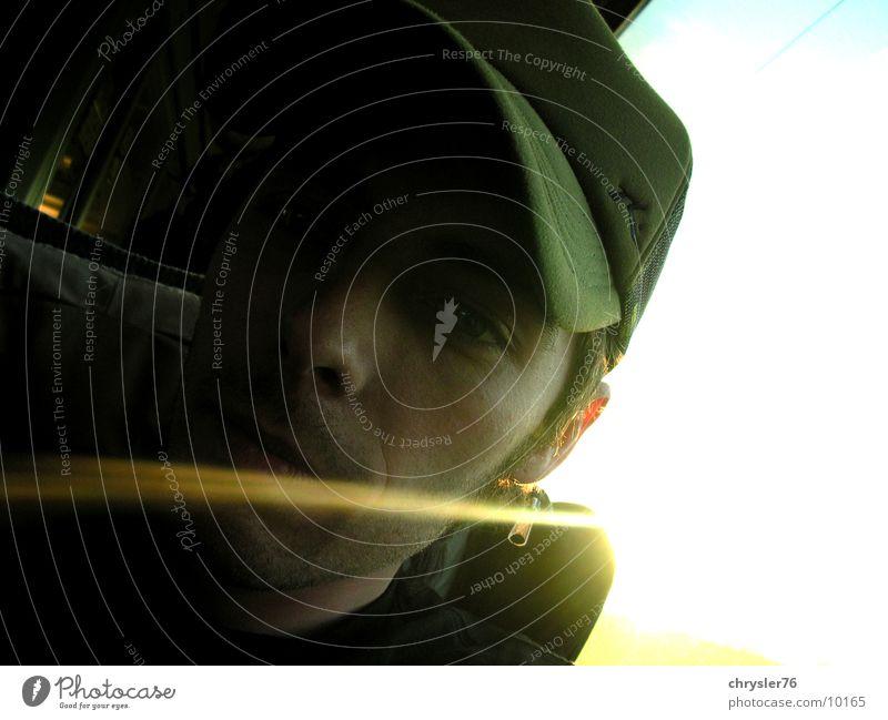 gegenlicht Mensch grün Gesicht Eisenbahn Mütze Strahlung
