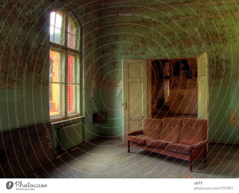 hier sitzen wir Sofa verfallen Heilstätte grün Fenster Flur Eingang Ausgang Ruine kaputt Sanatorium Tür Farbe Einsamkeit
