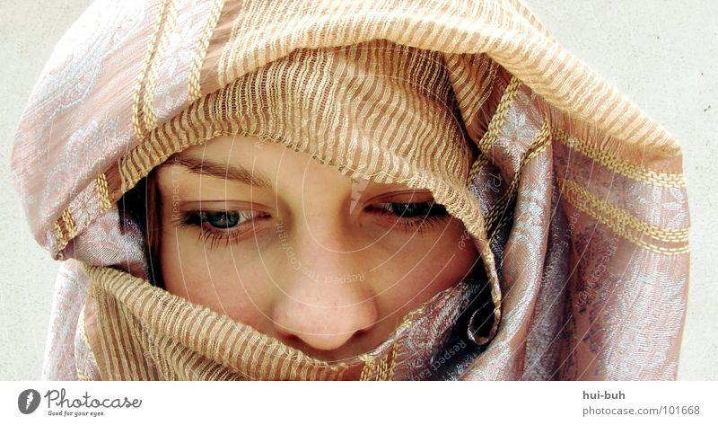 Leerer Zweifel Trauer Religion & Glaube Frau Mann verheiratet brennen anzünden Zwang Missbrauch Schal Götter Verzweiflung Jugendliche Angst Tuch Einsamkeit Gott