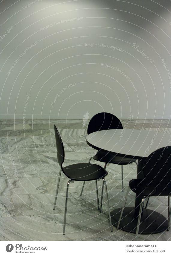 Meeting weiß Einsamkeit ruhig schwarz kalt grau Stein Zeit Arbeit & Erwerbstätigkeit Raum warten leer Kommunizieren Tisch rund Stuhl