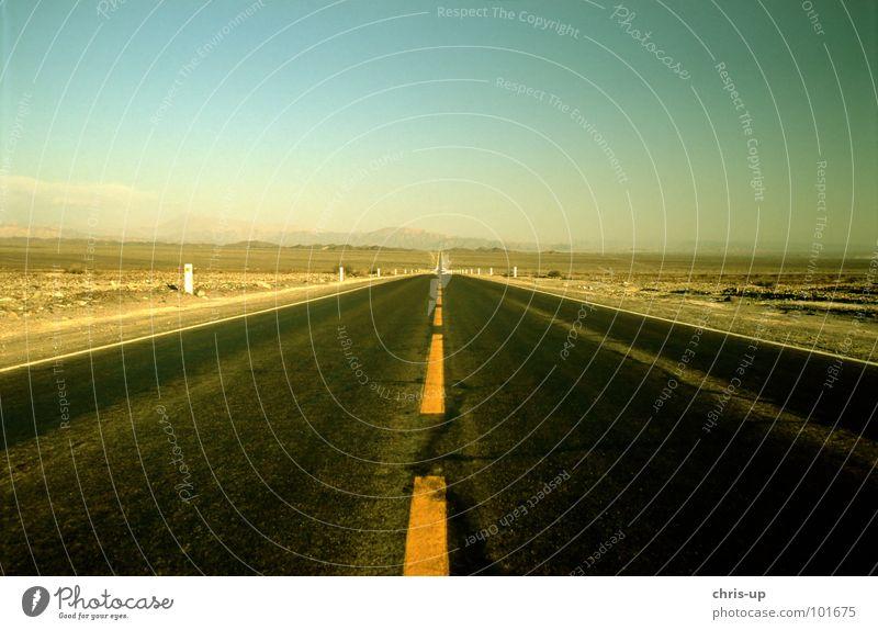 Wo gehts lang? Sonne Ferien & Urlaub & Reisen Einsamkeit gelb Straße Wege & Pfade Wärme Sand Linie wandern Schilder & Markierungen Verkehr leer fahren Aussicht