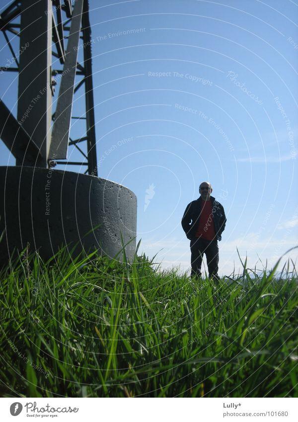 wer sagt eigentlich das groß nicht klein sein kann? Wiese Säule Stahl Mann grün Zwerg Sommer Elektrizität Ferne Fototechnik Himmel blau Täuschung Landschaft