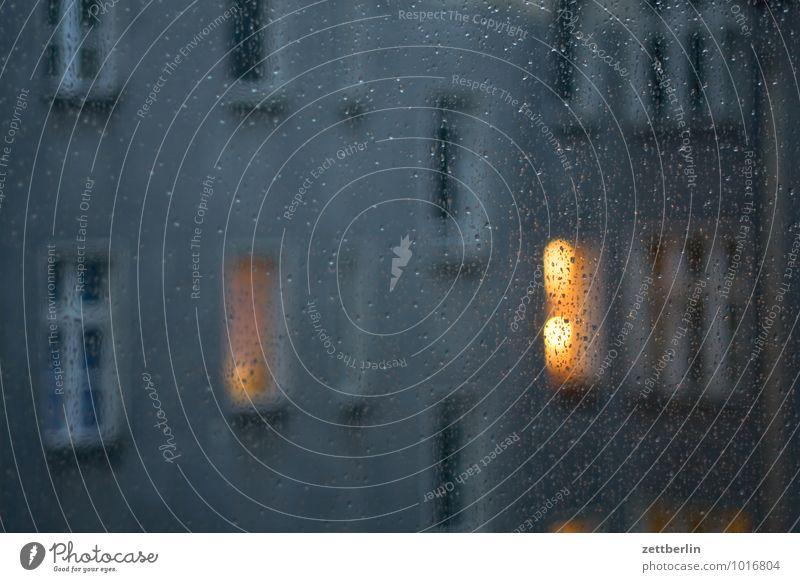 Der gleiche Regen am gleichen Abend Haus dunkel Fenster Traurigkeit Herbst Beleuchtung Lampe Häusliches Leben leuchten trist Glas Wassertropfen Tropfen
