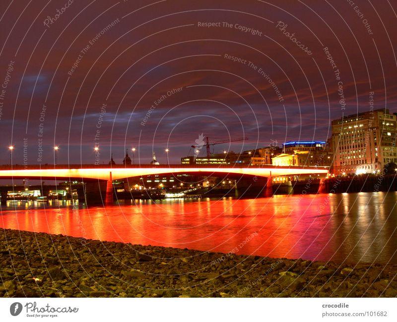 london bridge London rot Beleuchtung Nacht Langzeitbelichtung Sonnenuntergang Wolken Haus England Brücke thamse Abend Himmel Fluss Wasser Licht Straße Stadt