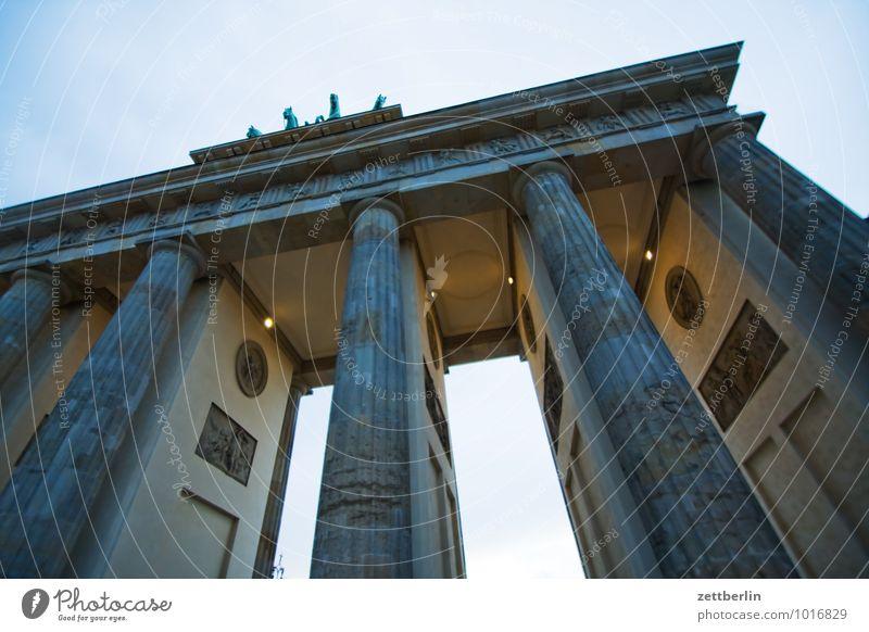 Brandenburger Tor Berlin Berlin-Mitte Hauptstadt Pariser Platz Wahrzeichen Säule Klassizismus Quadriga Viergespann Durchblick Durchgang Abend Dämmerung