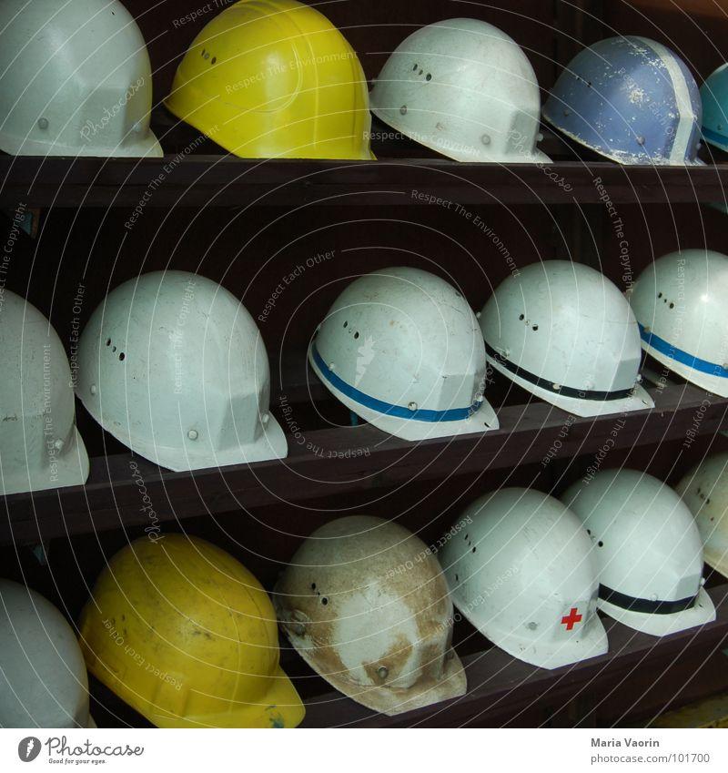 Verhüterli Arbeit & Erwerbstätigkeit Ordnung gefährlich Sicherheit Baustelle Schutz Handwerk Unfall Bauarbeiter Helm Arbeiter Bergbau Regal Kopfbedeckung