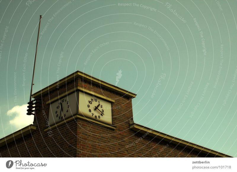 Uhr Turmuhr Bahnhofsuhr Normaluhr Zifferblatt Ziffern & Zahlen Pünktlichkeit Zeitzonen Verspätung Backstein Detailaufnahme Vergänglichkeit obskur Uhrenzeiger