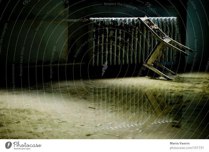 Setz dich! Wasser alt Einsamkeit Regen dreckig glänzend Wetter trist Stuhl Vergänglichkeit Spiegel verfallen parken Schimmelpilze Flut Hochwasser