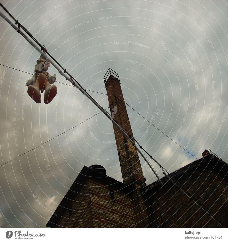 rumhängen Hase & Kaninchen Tier Spielzeug Gegenlicht rechts Richtung Hochhaus Balkon Fassade Fenster Wohnanlage Stadt rund Pastellton Beton Etage Selbstmörder