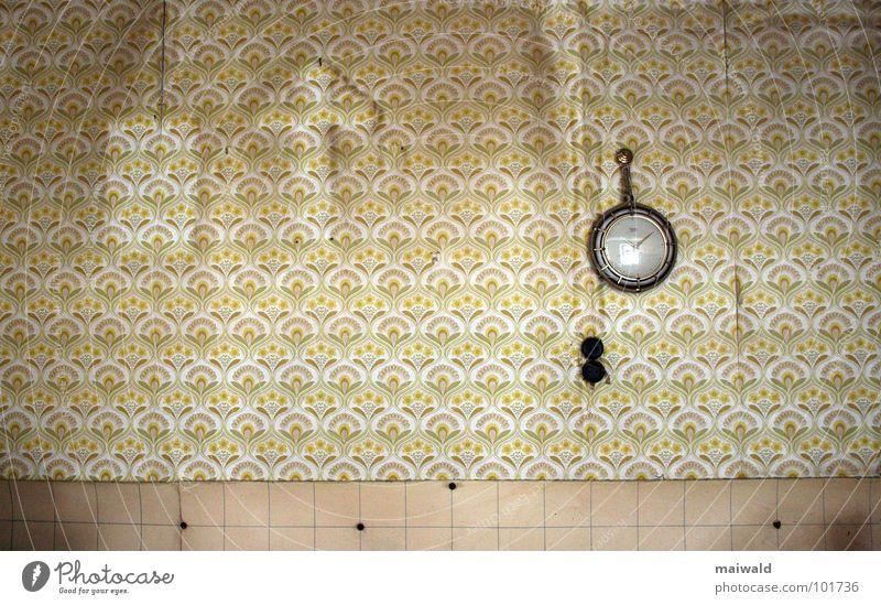 Der Zahn der Zeit alt gelb Wand braun dreckig Uhr kaputt retro Küche verfallen Vergangenheit Tapete Verfall schäbig vergangen