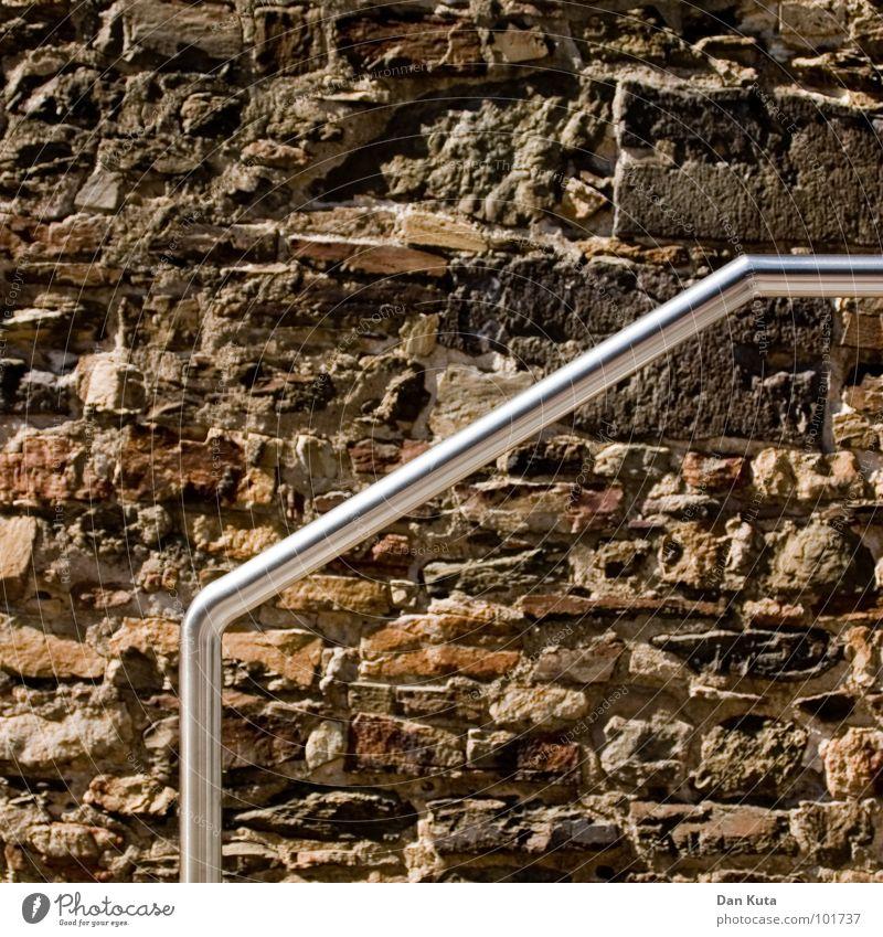 Komm rauf! gekrümmt kaputt glänzend gehen steigen Wand Bruchstein Mauer braun Aluminium Material labil gebrochen zerbröckelt Stein Mineralien Geländer Metall