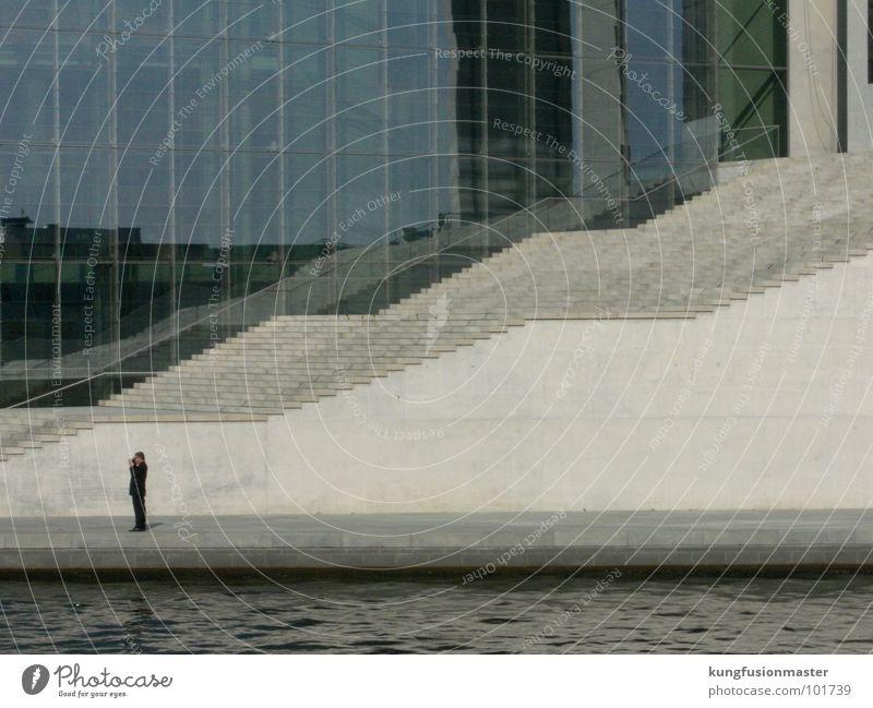 mann mit treppe Mauer Treppe Fluss Konzentration Denkmal Anzug Wahrzeichen Fotograf Berlin Deutscher Bundestag