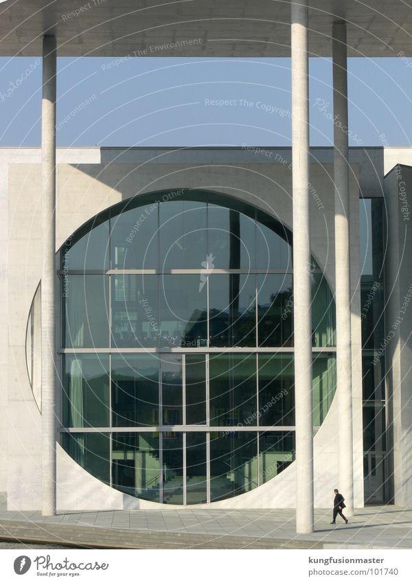 mann mit fenster Einsamkeit Fenster laufen groß modern Macht Fluss rund Anzug Fotograf Säule Deutscher Bundestag Schwarzweißfoto Fragen wohin