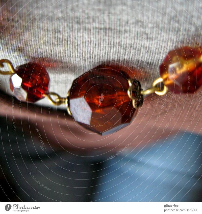 vogelperspektive Perle Oberkörper Jacke Top braun grau Hose Schmuck Fee Dekoration & Verzierung Reichtum Kette Kugel Brust T-Shirt blau Jeanshose kreuzen sitzen