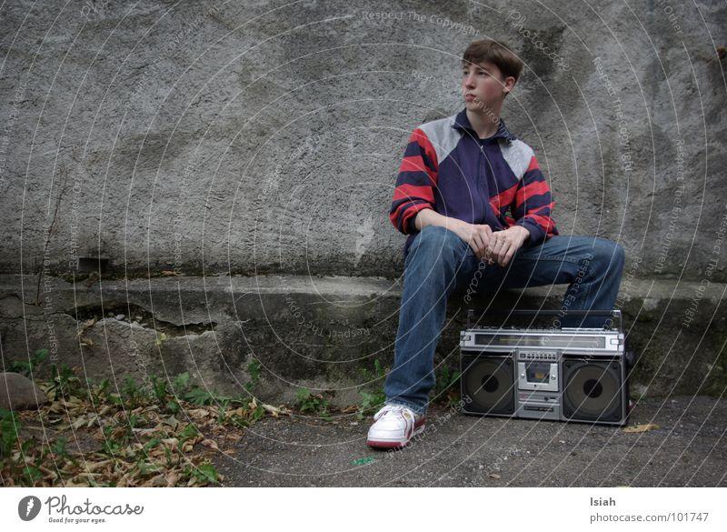 chief rocka Ghettoblaster grau retro Hiphop Trainer kalt Herbst Blatt dunkel Konzert Musik ost-zonal boy Jeanshose Körperhaltung weisse kickz