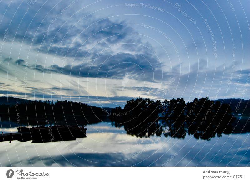 Wieder daheim Wasser Himmel Baum blau ruhig Wolken dunkel See Wasserfahrzeug Stimmung Küste Insel Freizeit & Hobby Spiegel Steg Abenddämmerung