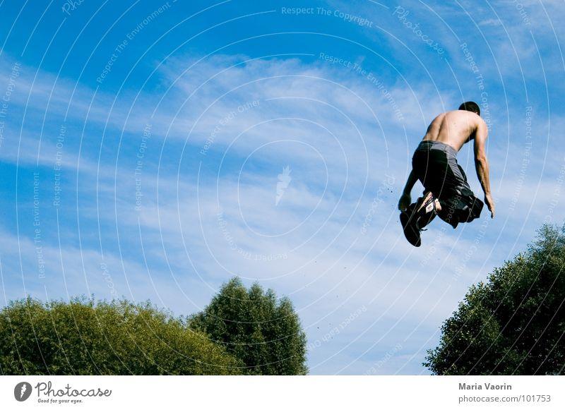 Ab ins Gebüsch Himmel Freiheit springen Luft Freizeit & Hobby fliegen hoch frei Beginn fallen Sturz Schweben Freestyle lassen Absturz Nervenkitzel
