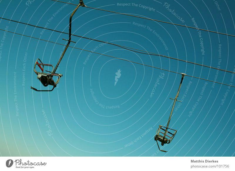 SESSELLIFT grün blau leer paarweise Stahl diagonal Stahlkabel türkis aufwärts abwärts Neigung Blauer Himmel alpin Wolkenloser Himmel Sesselbahn Steigung