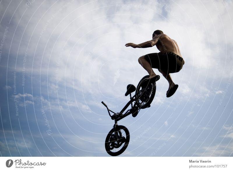 haltlose Momente Himmel Jugendliche Ferne springen Freiheit Luft Fahrrad Angst Flugzeug fliegen frei Beginn hoch fallen Unendlichkeit Sturz