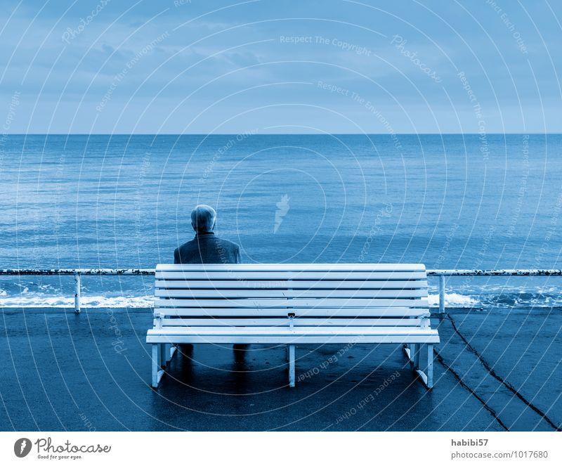 Die Weite Mensch Himmel Mann blau Wasser Erholung Einsamkeit ruhig Wolken kalt Erwachsene Leben Traurigkeit Küste maskulin 45-60 Jahre