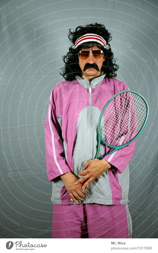 game set match Sport Mode rosa Lifestyle maskulin Freizeit & Hobby Coolness retro Körperhaltung Gesichtsausdruck Locken skurril Sonnenbrille schwarzhaarig Karnevalskostüm Tennis