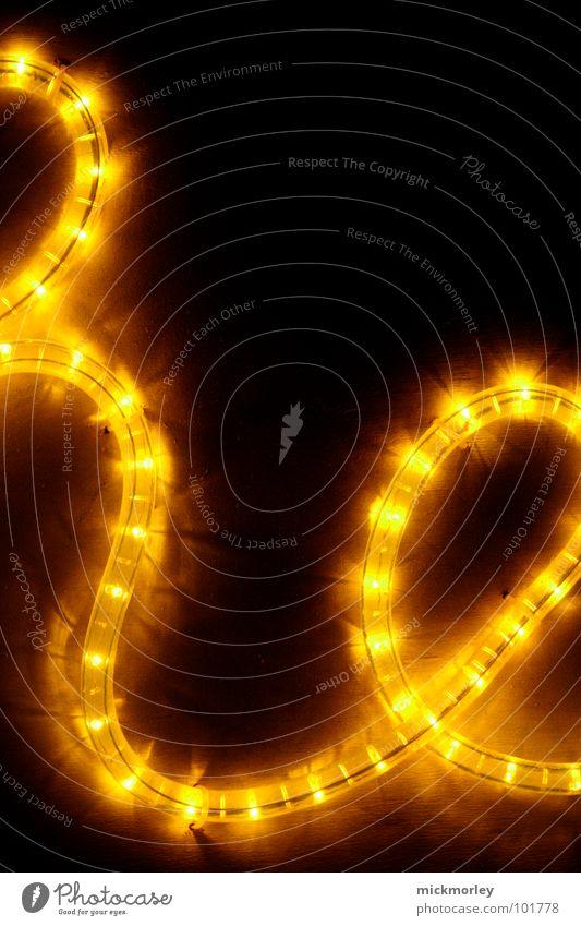 lichtkette 04 Licht Lampe gelb rot dunkel Nacht unheimlich Buchstaben Schwung schön Detailaufnahme Kette Leuchtdiode lichtschlange scary light dark red Ampel