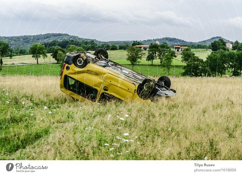 Autounfall Wiese PKW klein gelb überschlagen zerdrückt erdrücken Schaden Spanien Navarra Tal Unfall Voraussetzung kaputt Dschunke Farbfoto Menschenleer Abend