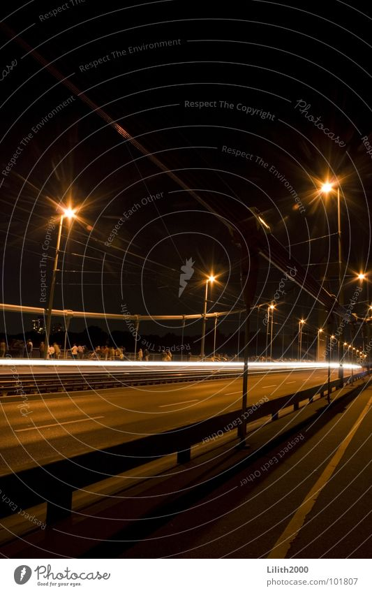 Im Rausch der Nacht dunkel Beleuchtung Verkehr Brücke Streifen Laterne Köln Publikum Geländer Fußgänger Scheinwerfer Rhein Rücklicht