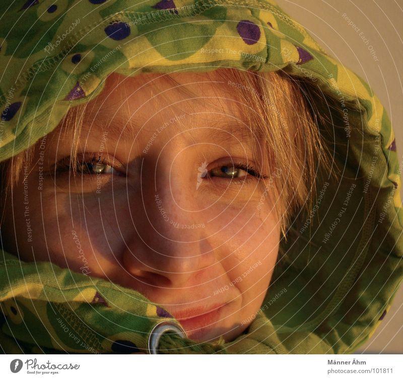 Abenddämmerung. Frau Kapuze Kopf Gesicht Porträt Frauengesicht Junge Frau 18-30 Jahre Blick in die Kamera Lächeln sympathisch Anschnitt Gesichtsausschnitt