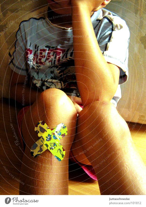 Der Schmerz ist groß Junge Heftpflaster aufgeschlagen Wunde gelb Knie Kratzer Unfall Trauer fallen schmollen Schienbein Verbundenheit Apotheke Sturz Kind Eiter
