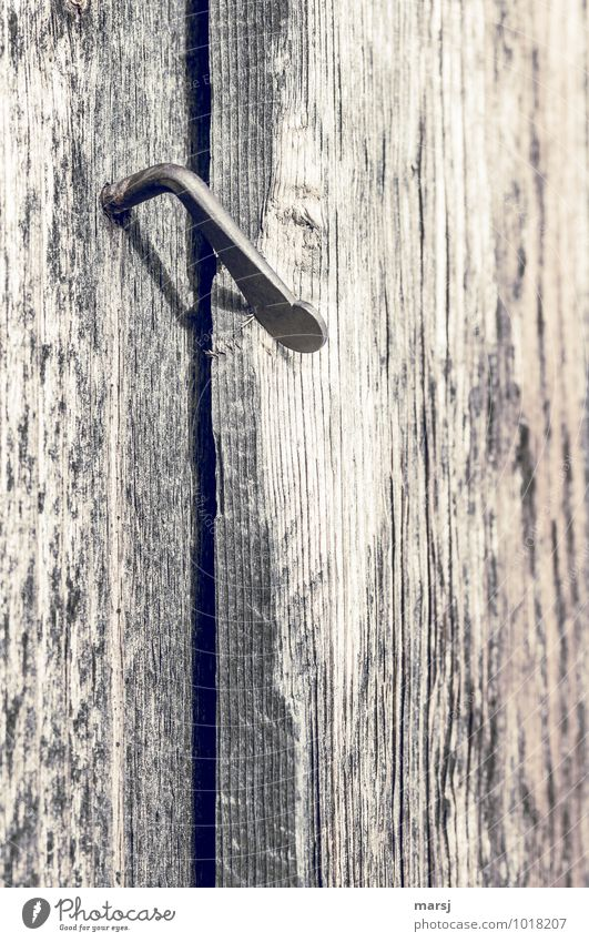 hüttengaudi | (ein)geschlossene Gesellschaft Holzwand Riegel Verschluss Hütte Bauwerk Metall alt einfach braun Beschläge Abnutzung Gebrauchspuren Farbfoto