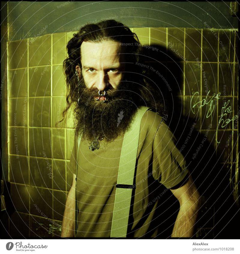 zuwendung Mann Stadt dunkel Erwachsene Gesicht Raum wild Kraft gold authentisch ästhetisch gefährlich beobachten Kommunizieren retro T-Shirt