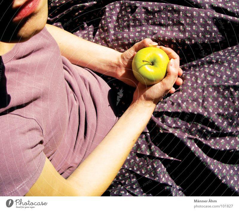 Soll ich? Mädchen Blume T-Shirt violett zögern Fragen Sommer genießen Denken Hand Frau Frucht Apfel Ernährung reinbeißen die Frage zweifeln festhalten Arme Mund