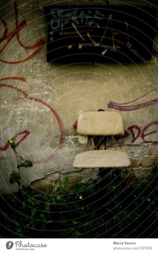 Meine Ergebnisse der Stuhlprobe sind da! Bitte eure Meinung ... alt Einsamkeit Erholung Graffiti Mauer sitzen dreckig trist Stuhl Vergänglichkeit Möbel Sitzgelegenheit Grünpflanze Polster Bürostuhl Drehstuhl