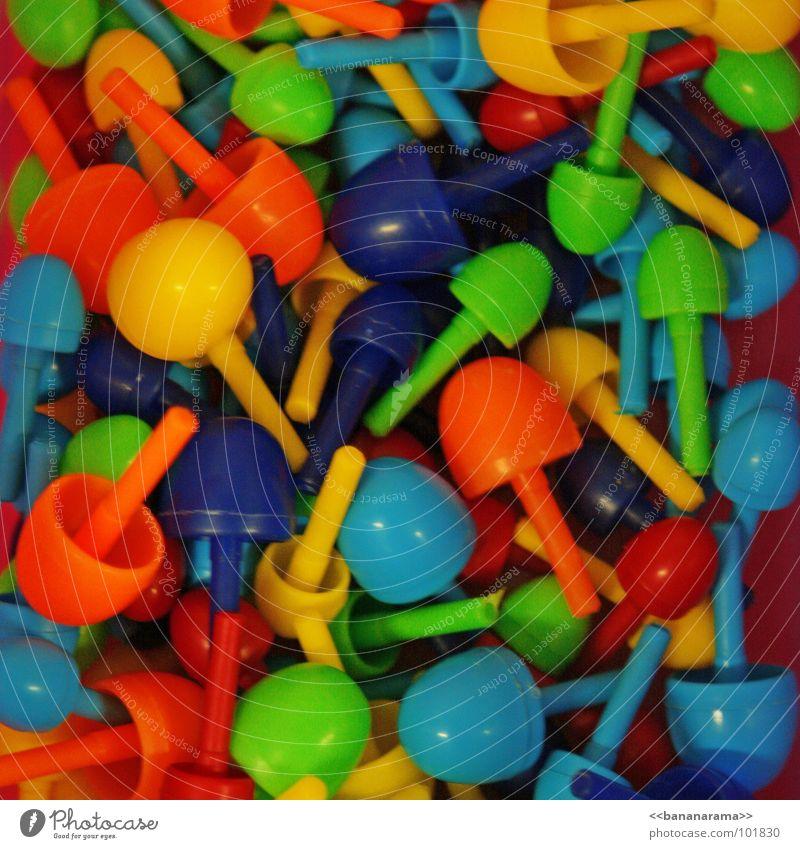 Kinderspiel blau grün rot Farbe gelb Spielen orange Spielzeug Teile u. Stücke durcheinander Haufen Spielfigur Stecker knallig Krimskrams gemischt