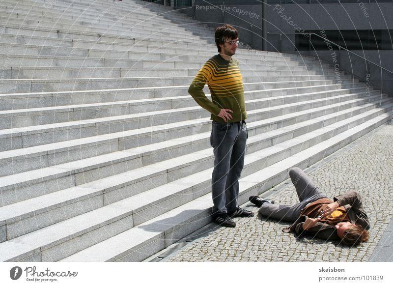 auf der suche stehen Körperhaltung Suche positionieren Fotografieren festhalten geben Grimasse Paar 2 Kreativität grau Verlauf Muster Beton Streifen Unsinn Witz