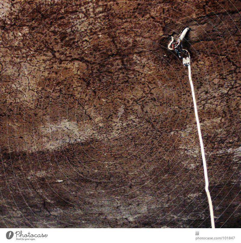 Strom von oben alt Lampe braun Raum Technik & Technologie Kabel historisch Riss Decke elektronisch Anschluss Altbau roh Zimmerdecke Elektrisches Gerät Lehm