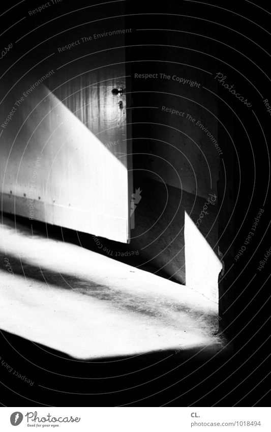 exit Mauer Wand Einfahrt Eingang Eingangstor Eingangstür Wege & Pfade dunkel hell Schwarzweißfoto Außenaufnahme Menschenleer Tag Licht Schatten Kontrast
