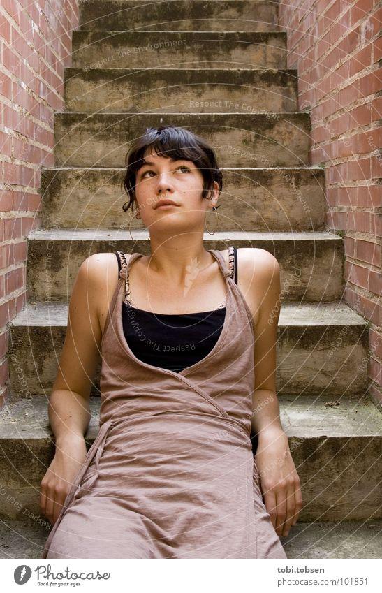 anemon #6 Frau Beton Mauer Backstein rot grau schwarz Hüfte Kleid Denken lässig Top trist Langeweile Jugendliche dreckig Treppe betontrepp treppenstude Haut