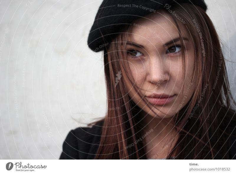 . Mensch Jugendliche schön Junge Frau Leben Wand feminin Mauer Denken warten beobachten Neugier Konzentration Hut Wachsamkeit Jacke