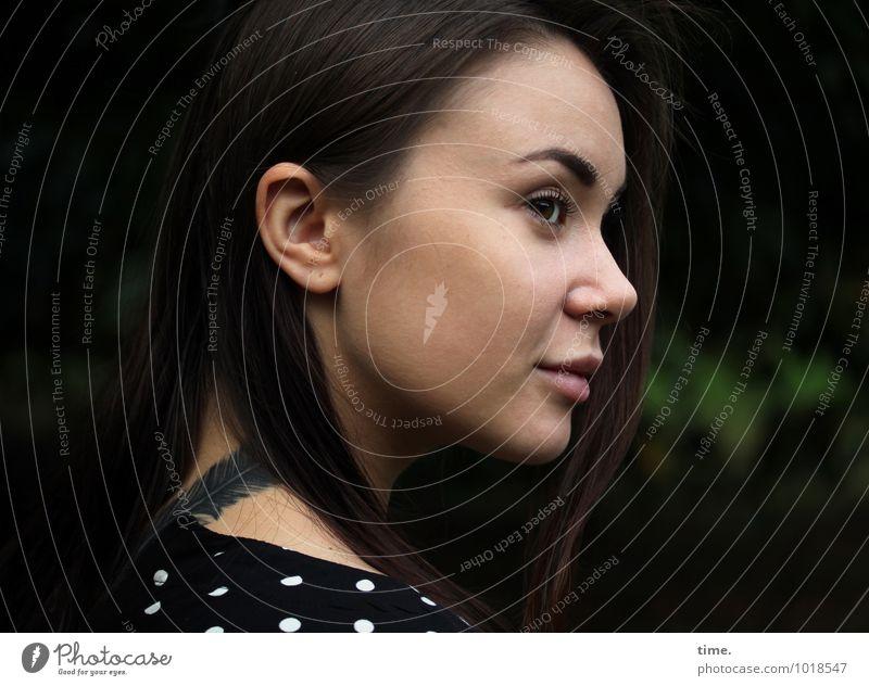 . feminin Junge Frau Jugendliche 1 Mensch Park Kleid Tattoo brünett langhaarig beobachten Blick warten Freundlichkeit schön Zufriedenheit Lebensfreude Akzeptanz