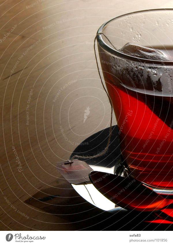 abendrot Tasse Teebeutel Getränk Gegenlicht gemütlich Früchtetee Teetasse trinken Tisch Abend ruhig ausschalten Erholung Küche Makroaufnahme Nahaufnahme Glas