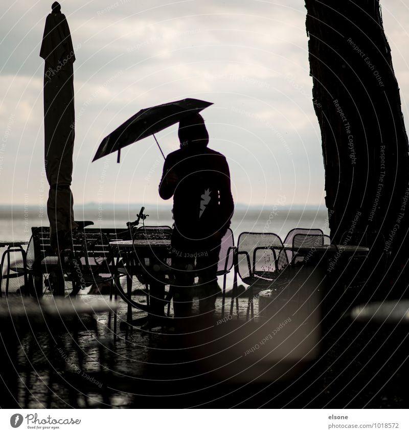 aufREGENd maskulin Junger Mann Jugendliche Erwachsene schlechtes Wetter Unwetter Wind Sturm Regen stehen kalt grau Hoffnung Ferien & Urlaub & Reisen