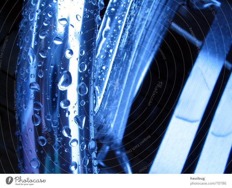 metallic-Nass nass Häusliches Leben Stuhl sitzen Wasser Regen Wassertropfen blau