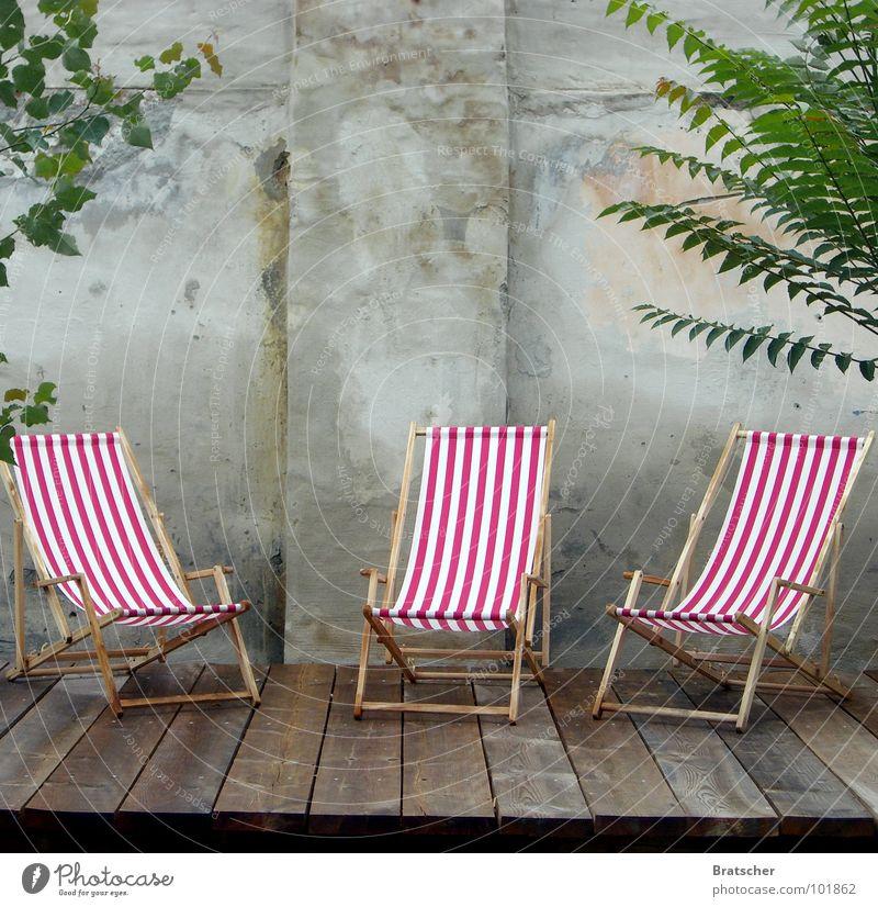 Leerstühle Liegestuhl Terrasse gestreift leer Trauer vermissen Mauer Holz Frustration Sommer Erholung 3 Stuhl träumen genießen Feierabend Langeweile Club