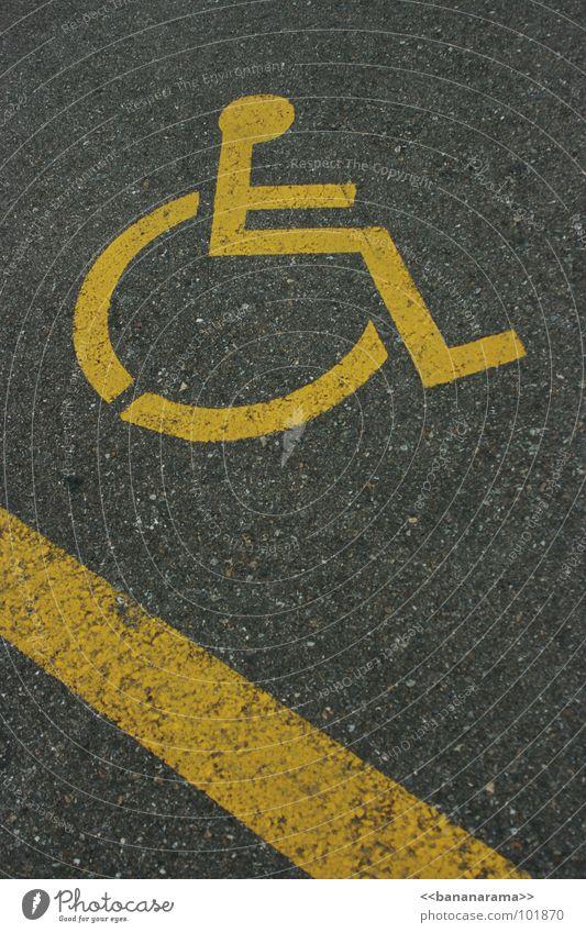 Rollstuhl Downhill gelb Straße grau außergewöhnlich Aktion Schilder & Markierungen sitzen Geschwindigkeit Beton Zeichen Streifen Bodenbelag Hilfsbereitschaft abwärts Hilfsbedürftig Parkplatz