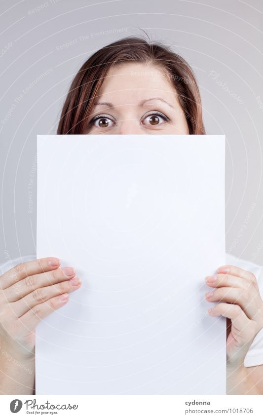 Blatt vorm Mund Mensch Jugendliche Junge Frau 18-30 Jahre Erwachsene Gesicht Leben Lifestyle Business leer Beginn Kreativität Textfreiraum Kommunizieren Studium