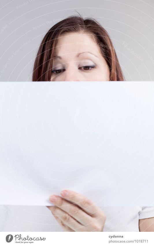 Zum Nachlesen Lifestyle Gesundheit Bildung Berufsausbildung Studium Büroarbeit Mensch Junge Frau Jugendliche Leben Gesicht 18-30 Jahre Erwachsene Beginn Ärger