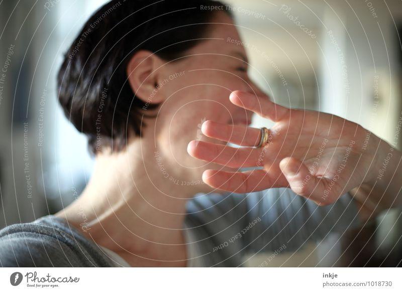 """""""Der Techniker ist informiert"""" Lifestyle Freude Freizeit & Hobby Frau Erwachsene Leben Gesicht Hand 1 Mensch 30-45 Jahre Kommunizieren lachen authentisch"""