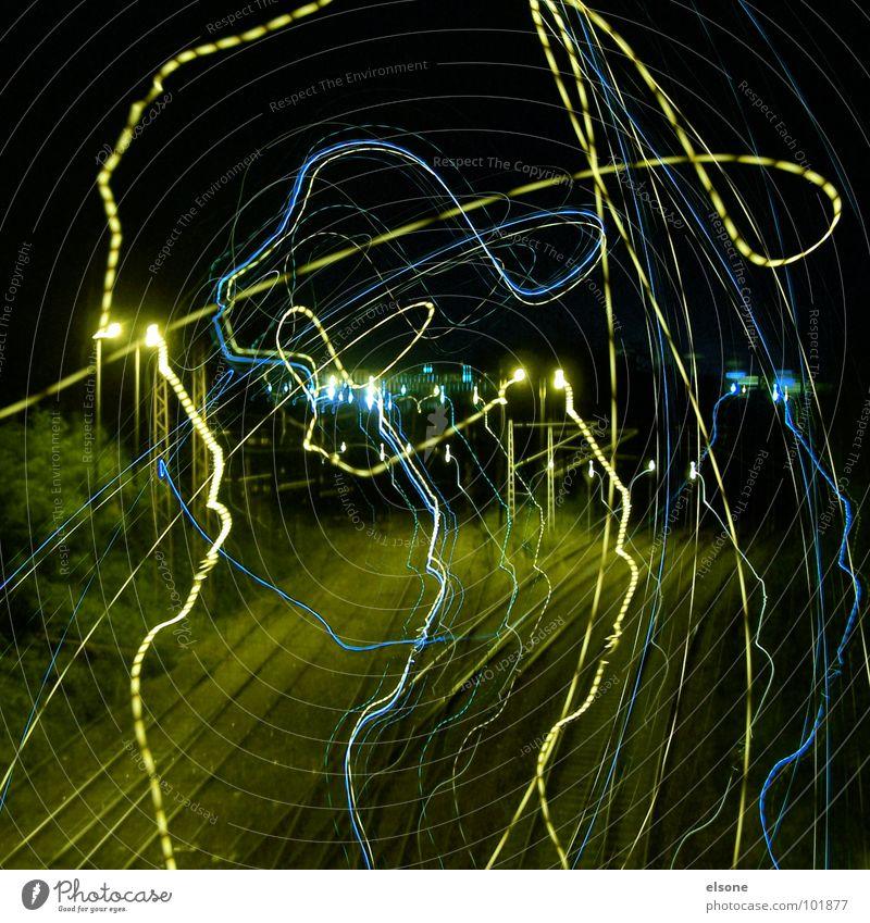 electronen wettrennen Nacht dunkel Mitternacht Gleise Eisenbahn Überqueren stehen Langzeitbelichtung Unschärfe grün gelb schwarz Riesa Dresden Experiment